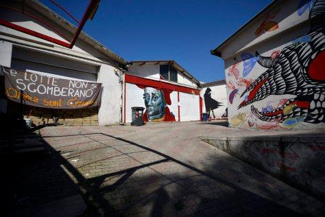 31/03/2015 Roma. Murali nella ex concessionaria Piaggio a via dello Scalo S. Lorenzo occupata da Communia, dopo lo sgombero delle ex Fonderie Bastianelli *** Local Caption ***