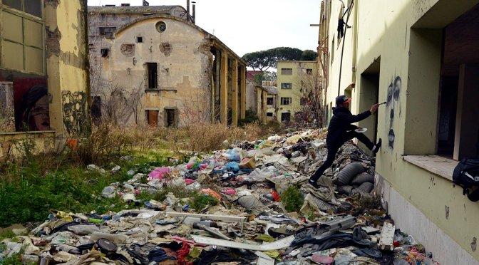 Via Tiburtina. Artista al lavoro nella fabbrica abbandonata